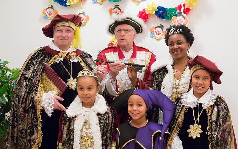 Erwin Schiffmann gibt den Schlüssel ab und Gräfin Tully die I mit Graf Wolfgang dem II übernehmen, unterstützt vom Kindergrafenpaar Gräfin Sarah I. und Graf Emmanuel I., zu denen natürlich auch der lustige Hofnarr Edson gehört.