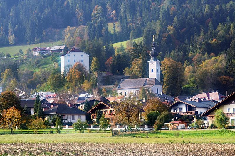 Greifenburg soll großräumig parallel zur Bahntrasse umfahren werden. Foto: commons.wikimedia.org