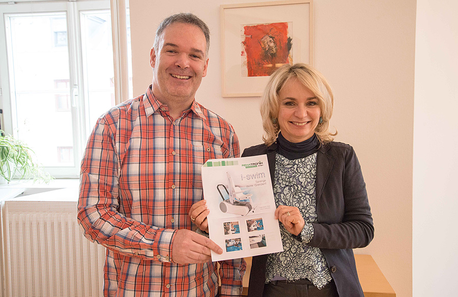 Martin Strasser und Elisabeth Blanik erläuterten die Maßnahmen, die das um- und ausgebaute Dolomitenbad barrierefrei machen. Foto: Stadt Lienz/Lenzer
