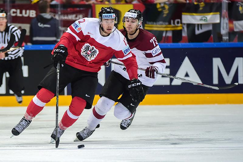 Michael Raffl spielt für die österreichische Nationalmannschaft und die Philadelphia Flyers. In Huben wird sein Schläger verlost! Foto: Expa