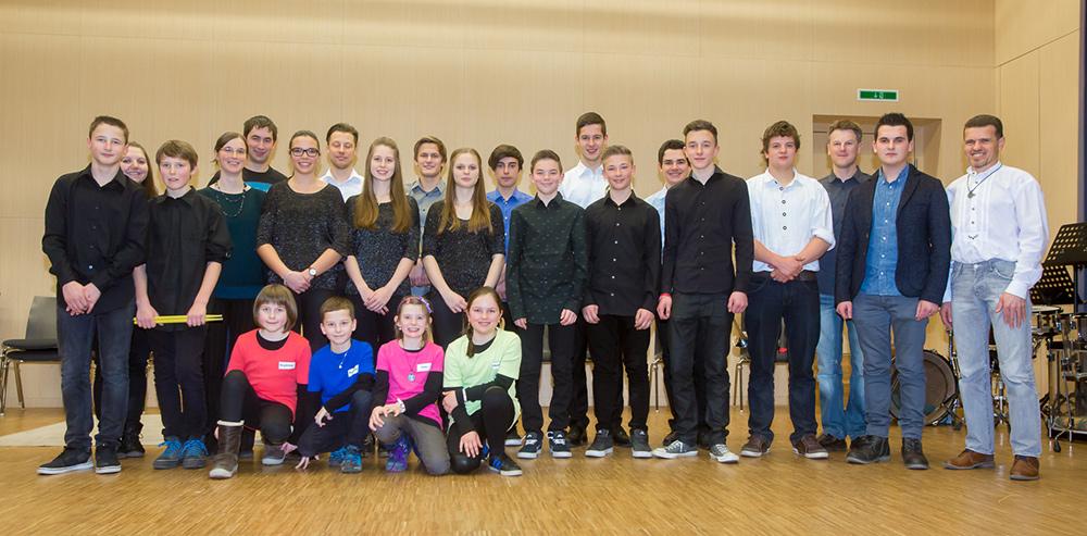 Gruppenfoto mit allen für den Landesbewerb qualifizierten Gruppen und der Jury. Fotos: Brunner Images
