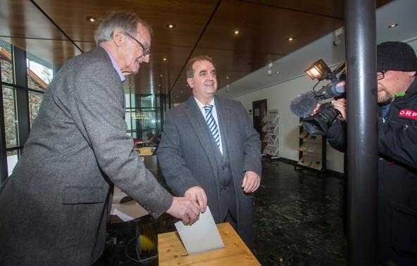 ÖVP-Spitzenkandidat in Lienz ist Meinhard Pargger, hier bei der Stimmabgabe im Wahllokal seines Wirkungsbereiches, der Arbeiterkammer Lienz. Fotos: Brunner Images