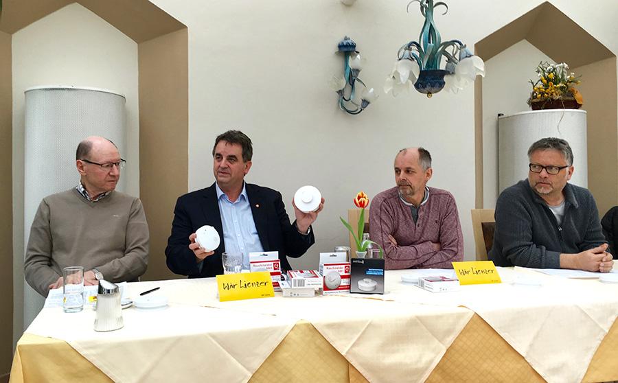 Hans Stefan, Meinhard Pargger, Alois Lugger und Karl Kashofer bei der Rauchmelder-Demonstration. Foto: Dolomitenstadt/Pirkner