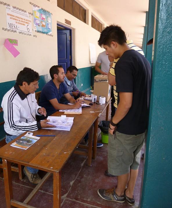 Medien und Bevölkerung beobachteten aufmerksam, ob die Abstimmung halbwegs korrekt abläuft.