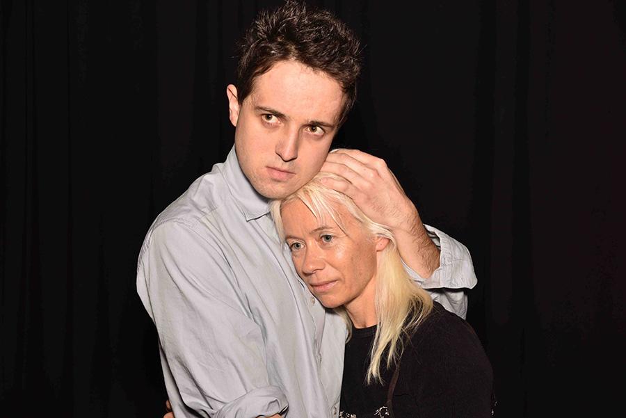 Sohn Fredrik (Lucas Zolgar) und Tochter Gerda (Amarilla Ferenczy) erinnern an Hänsel und Gretel im Kampf mit der bösen Hexe, ihrer Mutter.