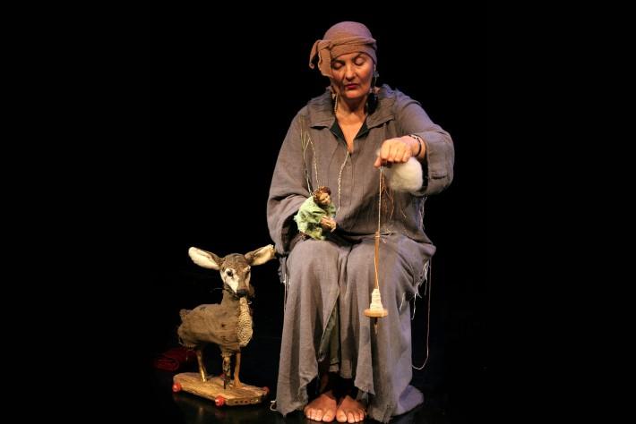 """Margrit Gysin arbeitet seit 45 Jahren als freischaffende Figurenspielerin. Sie macht dies mit Sensibilität, Können, Humor und vor allem mit viel Liebe. In Lienz spielt die Schweizerin """"Dornröschenkind"""", für aufmerksame Menschen ab 5."""