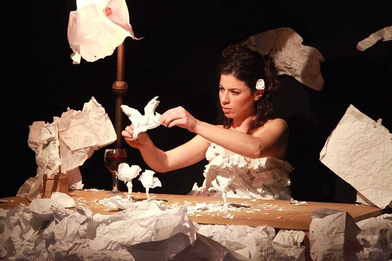 """Maayan Iungmann zeigt """"Niyar - a paper tale"""", ein Puppentheaterstück ganz aus Papier."""