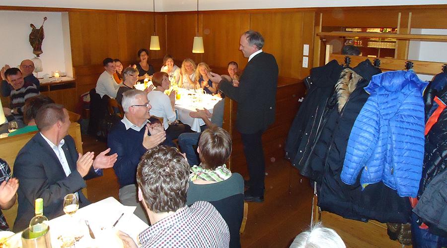 Johann Niederegger (stehend) zieht mit 240 Vorzugsstimmen in den Gemeinderat ein. Er setzt auf Zusammenarbeit.