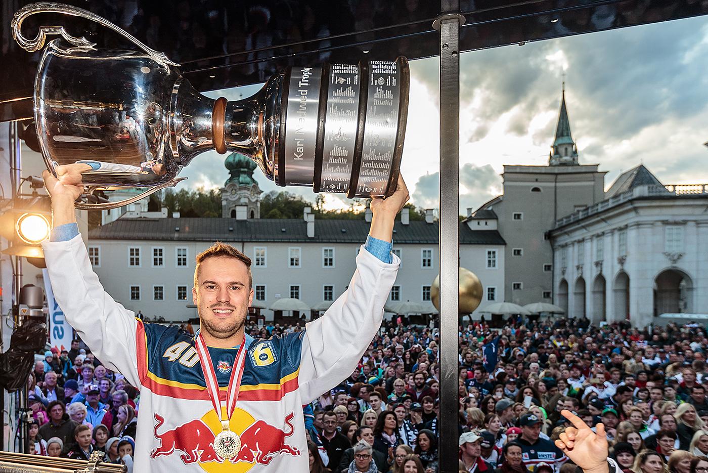 Andreas Kristler Stemmt Den Meisterpokal Für Red Bull Salzburg
