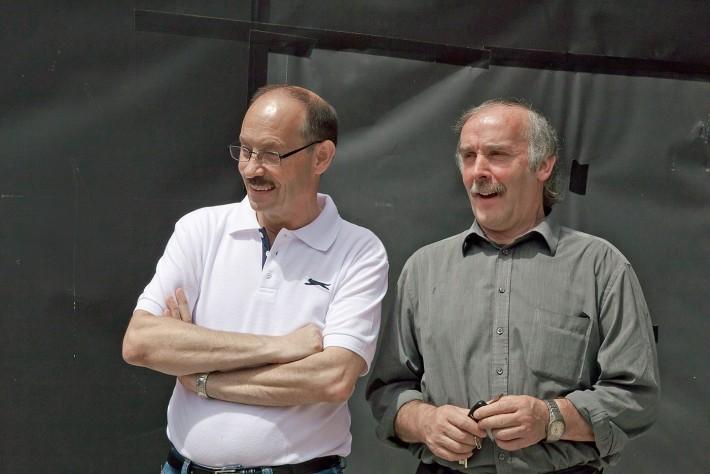 Siegfried Schatz (links) und Sepp Blasisker ließen sich vor Ort von Architekt und Bauleiter den Iststand der Hallenbad-Baustelle erklären.