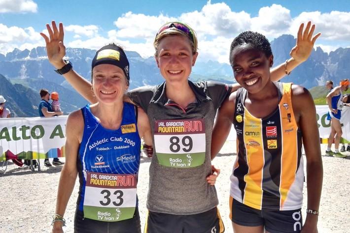 Susanne Mair (Bildmitte) war bei beim Val Gardena Mountain Run nicht zu schlagen. Auf den Plätzen zwei und drei landen Elena Casaro (Italien) und Purity Gitonga (Kenia). Foto: ASV Gherdëina Runners